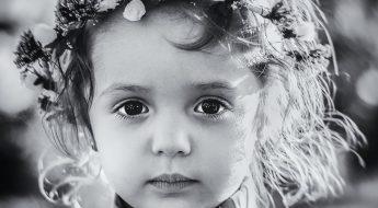 fetita cu coroana de flori